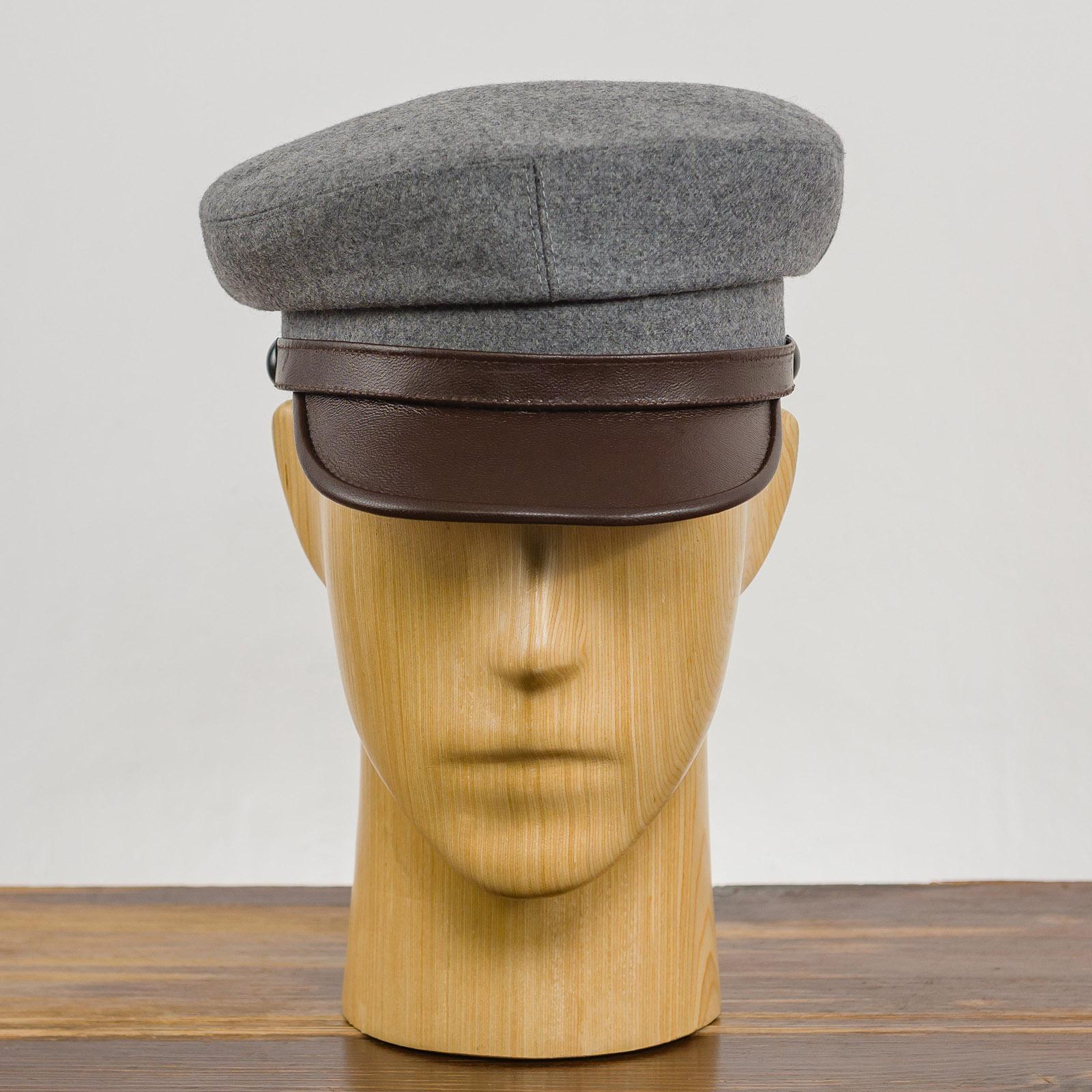 Tradycyjna czapka z daszkiem Maciejówka uszyta z wełny ze skórzanym daszkiem