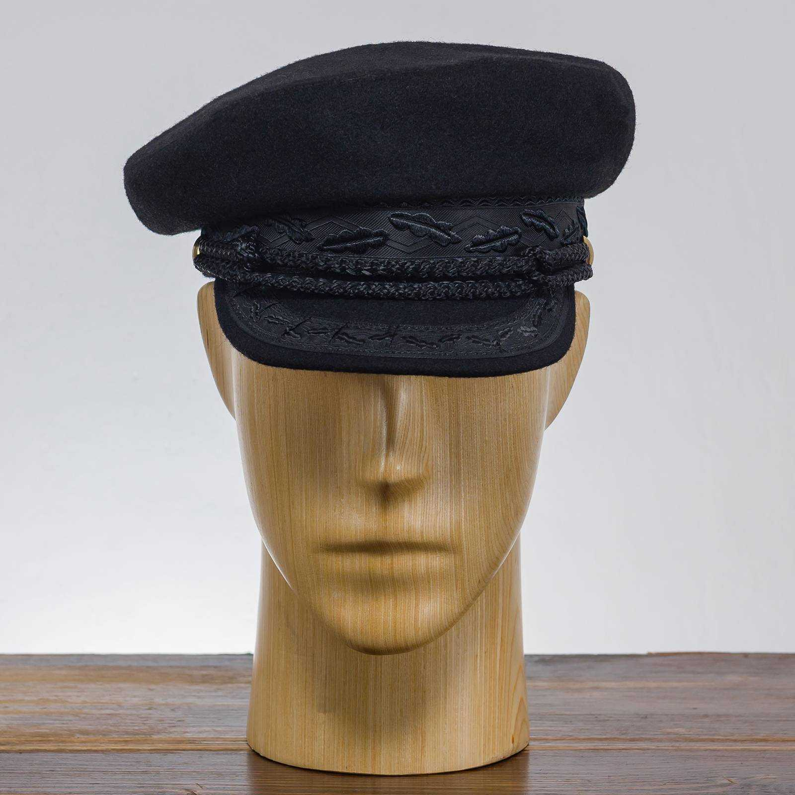 Czarna czapka szyprówka z daszkiem żeglarska uszyta z wysokiej jakości wełny
